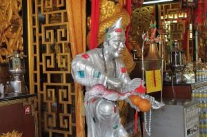 statue in chinesischem tempel auf phuket