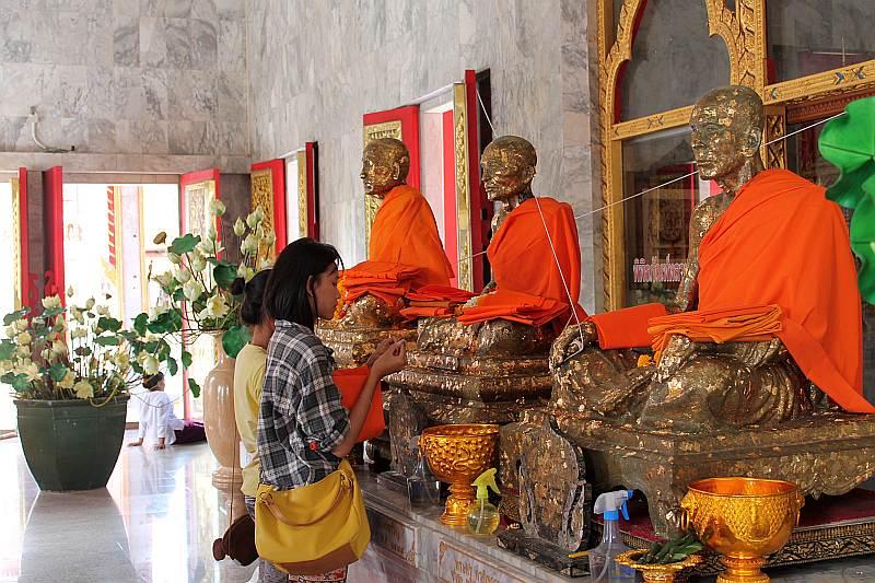 wat chalong mönche buddhastatuen