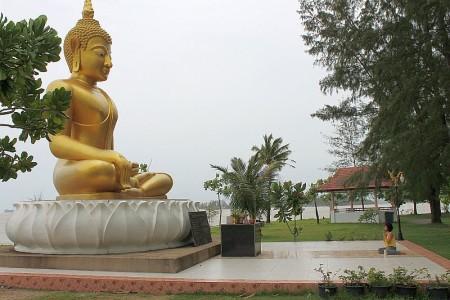 andacht am buddha tsunami gedenkstätte baan nam khem