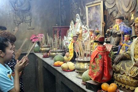 beten im chinesischen schrein