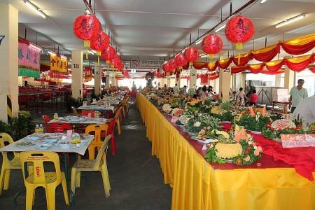 opfergaben mönche por tor festival phuket