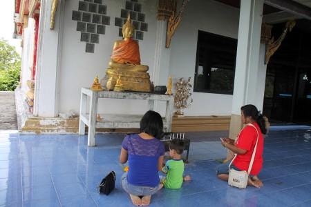 opfergaben am tempel in phuket thailand