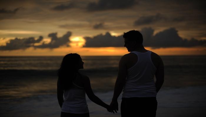 flitterwochen hochzeitsreise spaziergang am strand phuket thailand