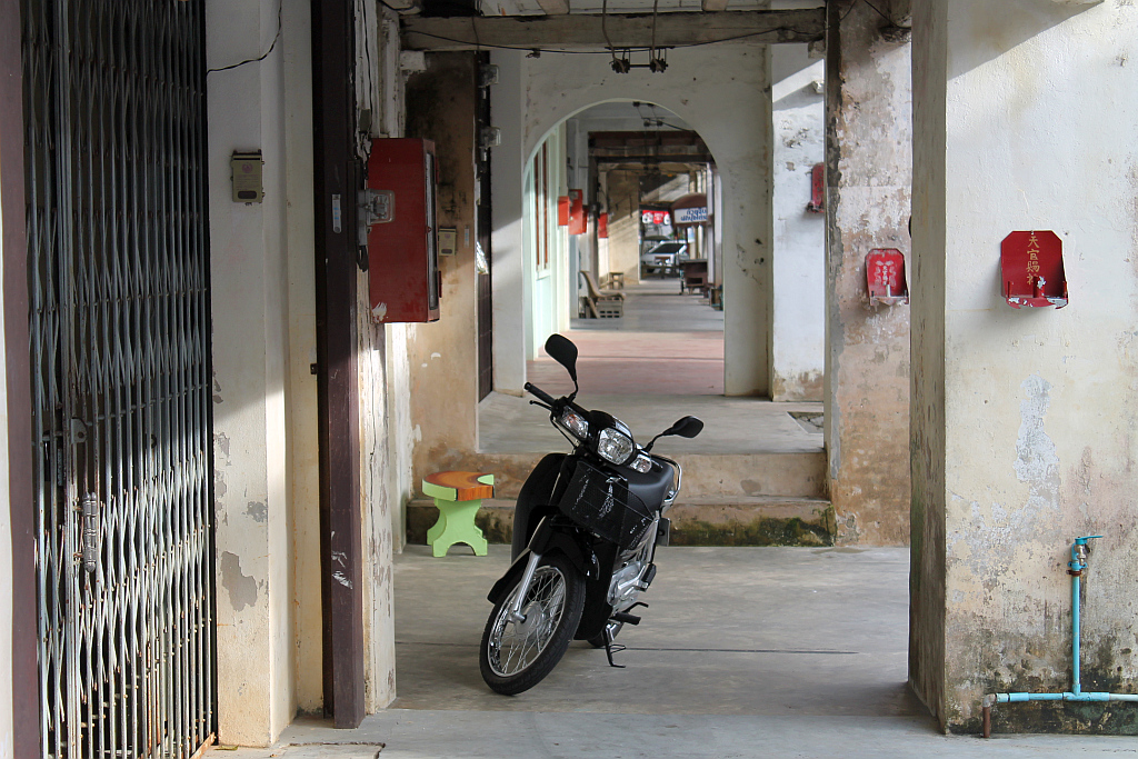 moped in chinesisch geprägtem ort