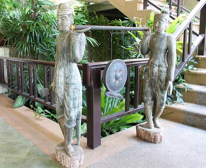kunstobjekte ferienhaus phuket nai harn