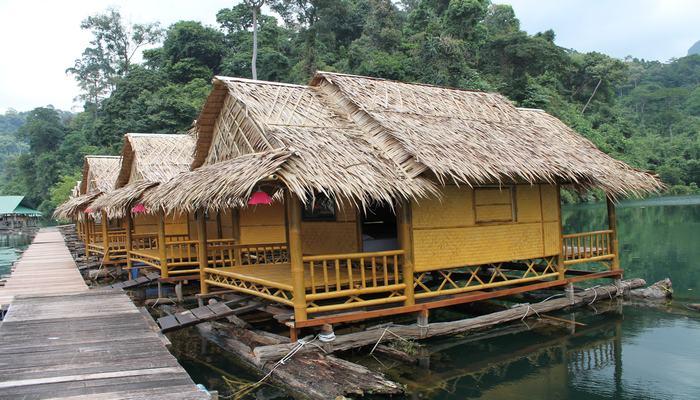 stausee bambus huette floss thailand
