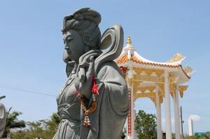statue aus stein chinesischer tempel phuket