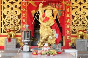 goldene statue chinesischer tempel sapan hin thailand phuket