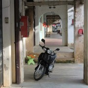 moped in chinesisch geprägtem ort khao lak südthailand