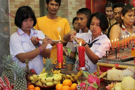 kerzen anzünden tempel thailand