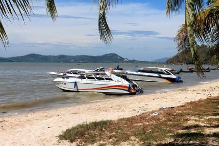 speedboote am strand von koh siray phuket