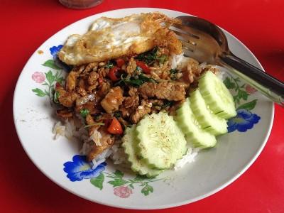 phat krapao thailand essen garküche