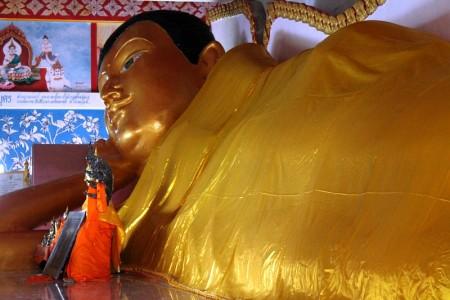 grosser liegender buddha koh siray phuket