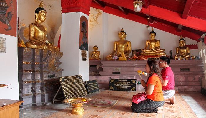 thais im tempel beten verhaltensregeln thailand
