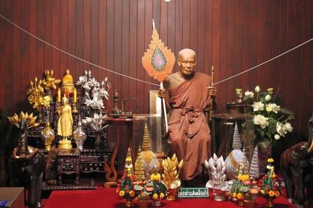 wachsfigur buddhistischer mönch thailand
