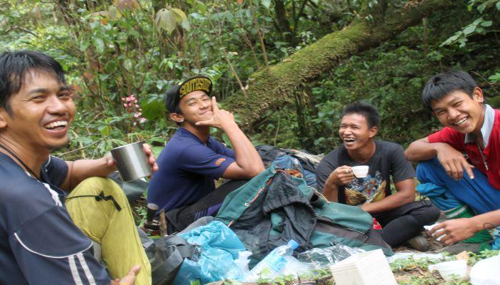 thailändische guides beim dschungel trekking