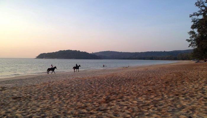 bangtao beach reiten am strand auf phuket