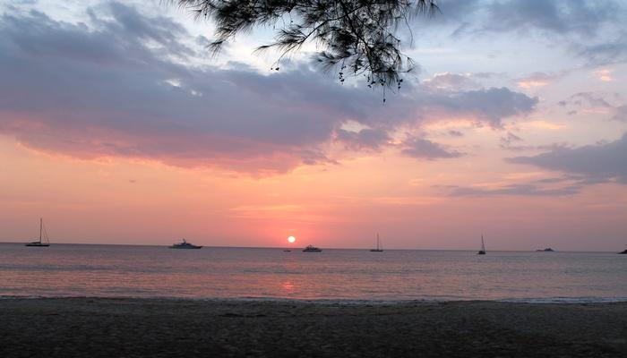 sonnenuntergang am layan beach phuket