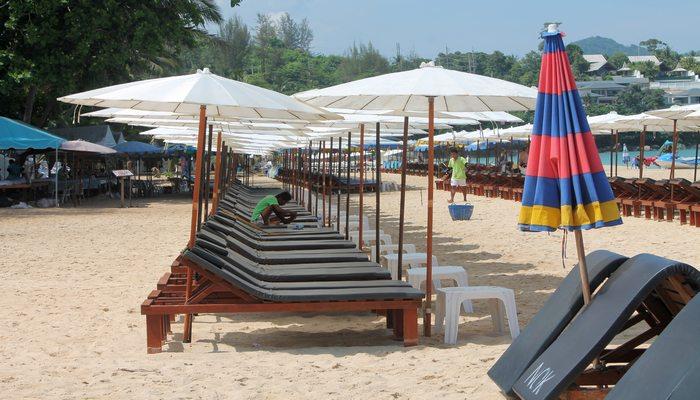 surin beach liegestuehle phuket